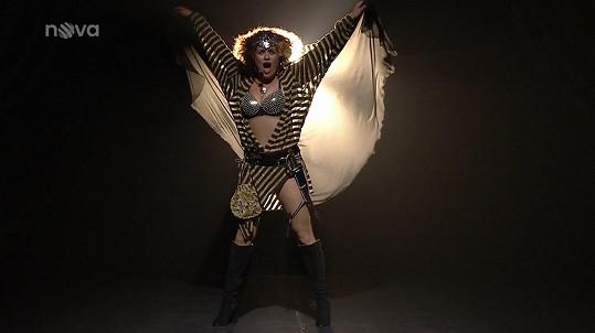 V sexy kostýmu zpívala píseň Babooshka.