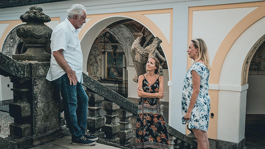 Alena Antalová a Lucie Vondráčková s Jaromírem Hanzlíkem na fotografii z natáčení