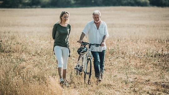 Alena Antalová s Jaromírem Hanzlíkem ztvárňují hlavní hrdiny filmu Léto s gentlemanem.