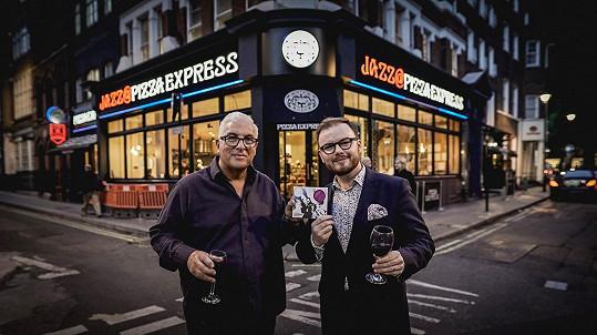 Jan Smigmator a Mitch Winehouse představili své album ve vyprodaném londýnském jazzovém klubu Pizza Express.