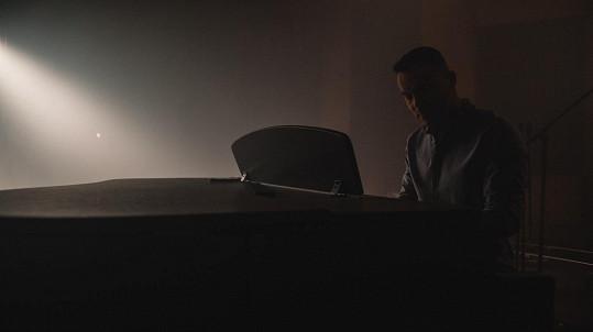 Michael Petr se představuje jako zpěvák.