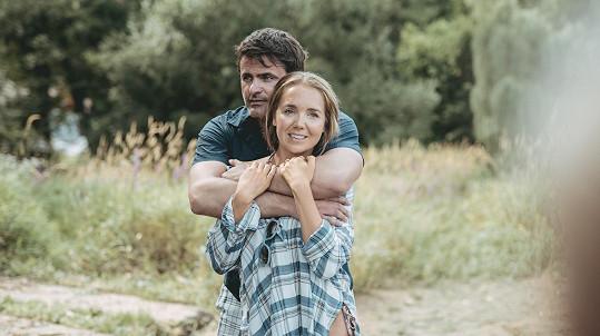 Ve filmu Léto s gentlemanem hraje jejího manžela Mirek Šimůnek.