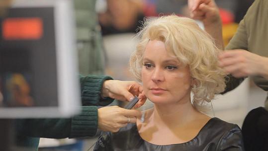 Blond paruka jí dokonale sedla.