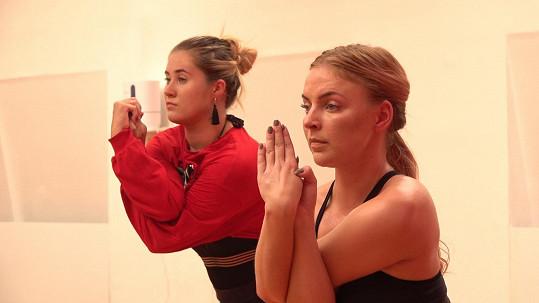 Markéta Konvičková (vpravo) na bikram jógu přivedla Elis.