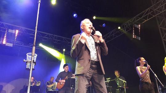 Karel Gott zazpíval na rockovém festivalu Topfest v Piešťanech.