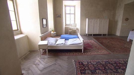 Některé pokoje jsou již obyvatelné, jiné zejí prázdnotou.