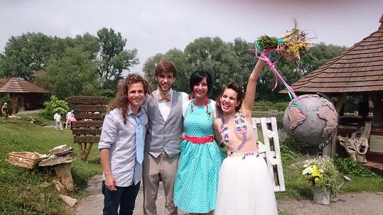 Míša Doubravová s manželem a přáteli