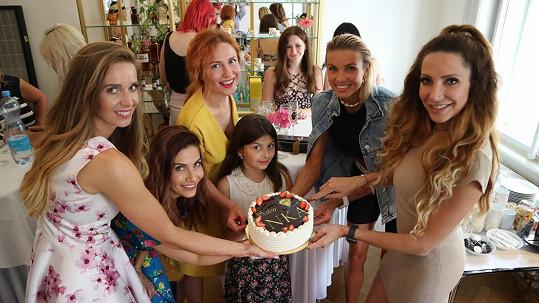 Na oslavě kosmetického salonu s kolegyněmi