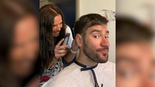 Marek Ztracený se svěřil do rukou své budoucí manželce, které na oplátku obarvil vlasy.