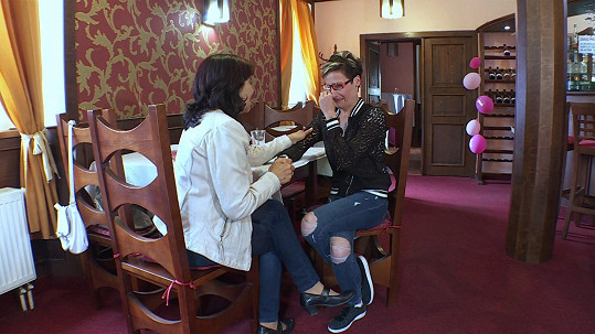 Nikola působí nešťastně a při schůzce se svou babičkou odhalí proč.