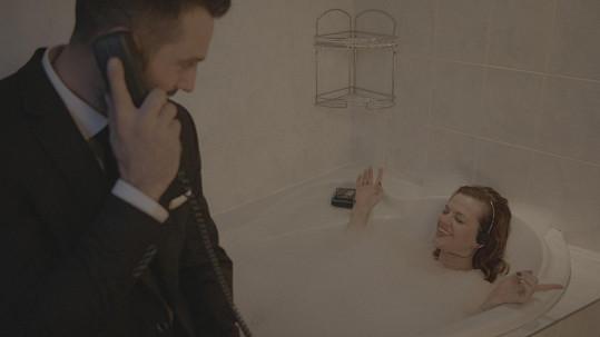 Marta vlezla do vany, jako ve filmu Pretty Woman.