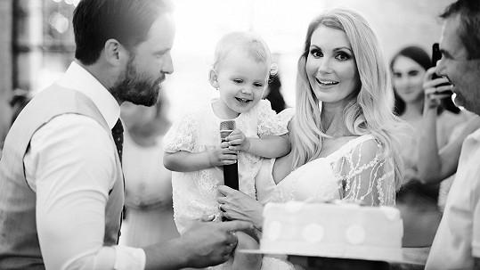 Na svatbě slavili i dva roky malé Emilky.