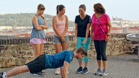 V komedii Ženy v běhu poctivě trénovaly Jenovéfa Boková, Veronika Kubařová, Tereza Kostková a Zlata Adamovská.