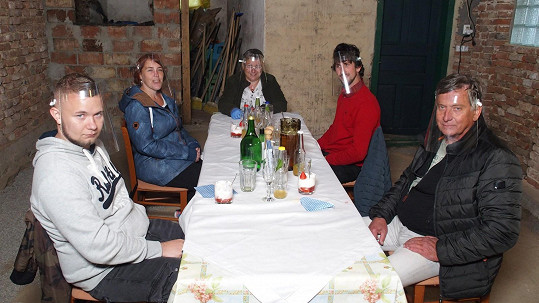 Soutěžící z Prostřena musí kvůli koronaviru večeřet s plastovými štíty.