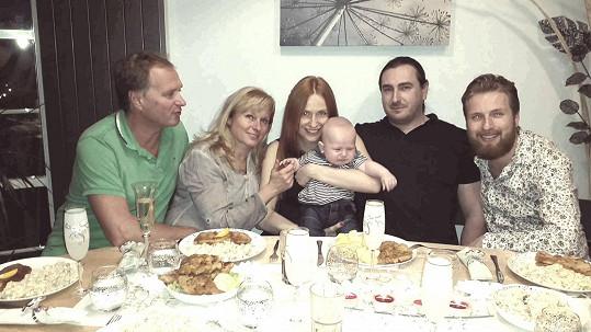Rodina Romany Pavelková u večeře