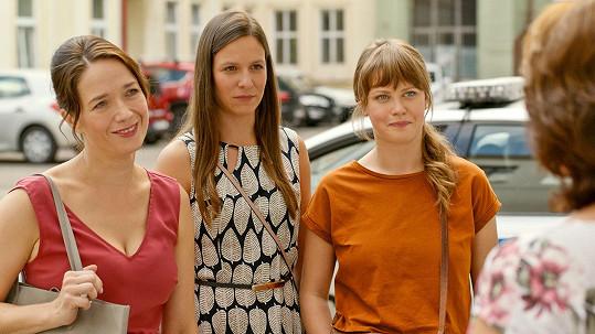 Matka v podání Zlaty Adamovské rozhodne, že s dcerami (zleva Tereza Kostková, Veronika Kubařová a Jenovéfa Boková) uběhnou maraton.