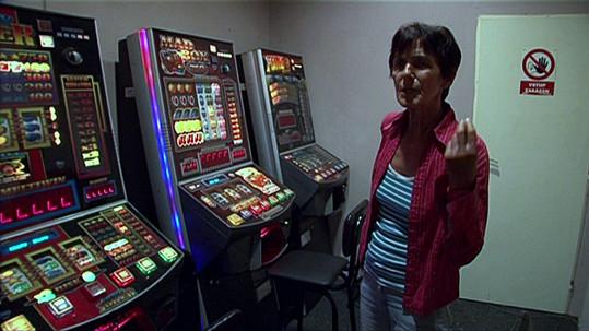 Barmanka, která tvrdí, že Gábině Přemek ukradl peníze na hru.