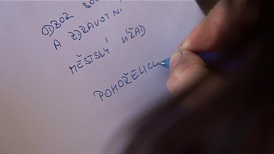 Lucie napíše oznámení na sociálku.