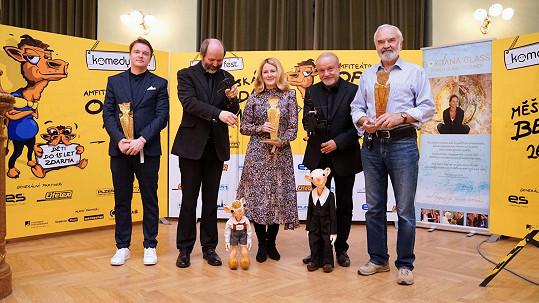 Zlatou sošku na Komedy festu získali dále Zdeněk Svěrák, Petr Kolečko (vlevo) či Spejbl a Hurvínek.