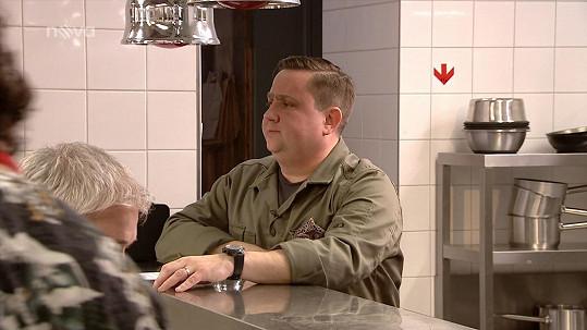 Jan Punčochář pustil soutěžící MasterChefa do své kuchyně. Limit obsloužit za hodinu čtyřicet hostů nesplnil ani jeden tým. Lépe z prvního úkolu výzvy nakonec vyšli červení vedení Romanem.