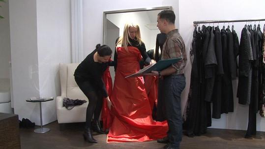 Zkoušely se i materiály na šaty, které hudebnice oblékne na své turné po Jižní Americe.