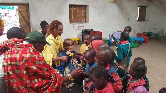 Cesty do Afriky přidávají moderátorčiným dětem do života nový rozměr.