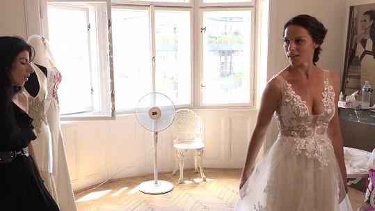Návrhářka nyní šije jedny svatební šaty za druhými.