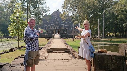 Během dovolené navštěvují nejrůznější chrámy.