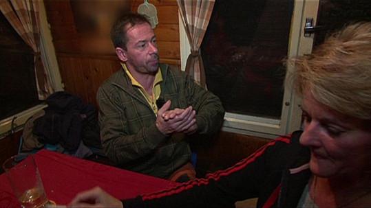 Petr si v hospodě před Lenkou vyřizuje vztahy s milencem své manželky.
