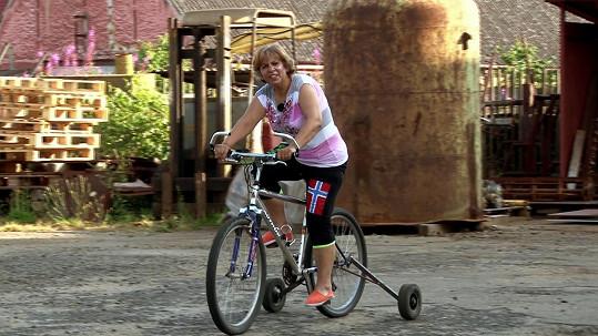 Musela se učit jezdit na kole.