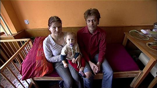 Věra (26) a Jiří (41) vychovávají děti k příšernému životnímu stylu.