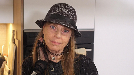 Lenka Kořínková nedávno oslavila 65. narozeniny. Kromě zpěvačky a herečky je i autorkou knih o zdravé výživě.