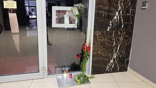 Fanoušci přináší květiny, zapalují svíčky a píší vzkazy.