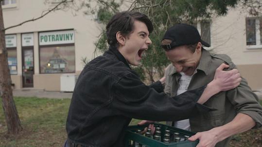 Ve filmu s nadšením holduje alkoholu.