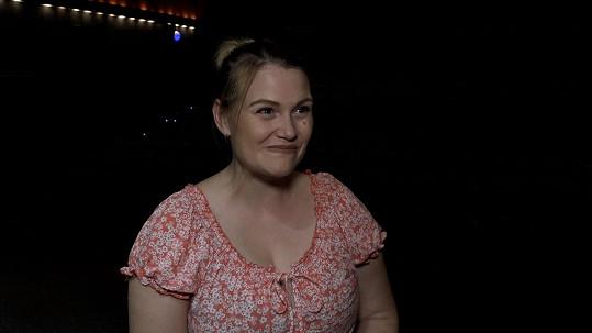 Elis Ochmanová je po porodu zpátky na divadelních prknech. Dcerku jí hlídá maminka v zákulisí.
