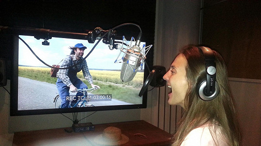 Poláková pro film nazpívala písničku Ráda.