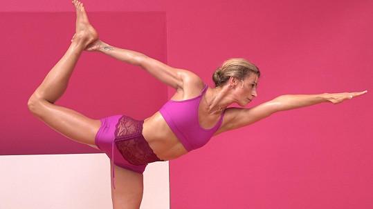 S nadšením se věnuje i cvičení bikram jógy.