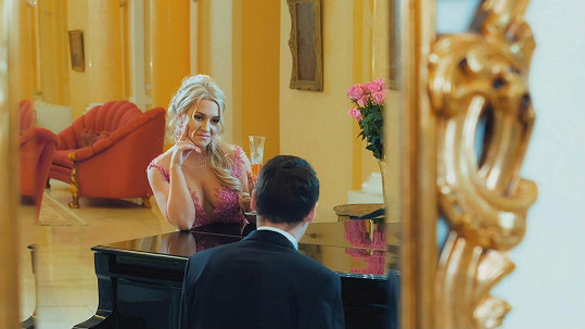 Dominika Myslivcová v klipu Pink Luxury