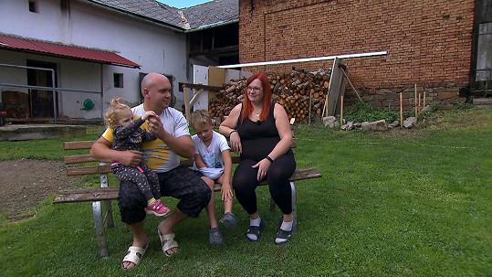 Druhou rodinu tvoří Nikola, Tomáš, Šimon a Rebecca.