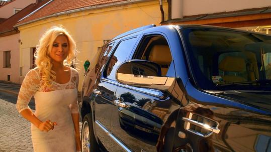 Eva Perkausová se jako řidička rovněž nevyznamenala. Nejenže rovněž tankovala do naftového motoru benzín, ale také překročila rychlost a měla přijít o řidičák.