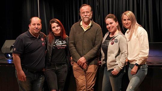 Karel Roden (uprostřed) s režisérem Arturem Kaiserem a jeho produkčním týmem