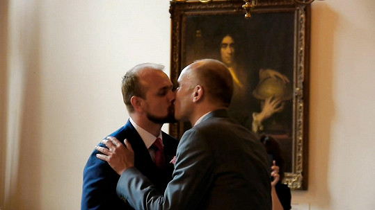 Tragikomická road movie Zákon lásky otevírá téma manželství homosexuálních párů, které v Česku není zákony umožněno.