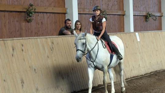 Tomáš Ujfaluši s exmanželkou pozorují dceru Kačenku na koni.