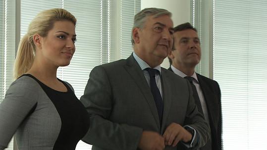 V seriálu Znamení koně hraje Perkausová sekretářku vedle Miroslava Donutila.