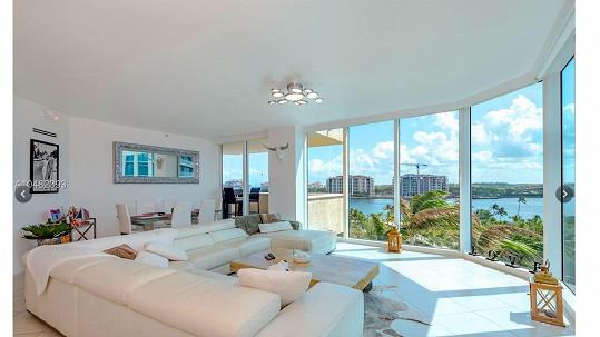 Obývací pokoj má neuvěřitelný výhled.