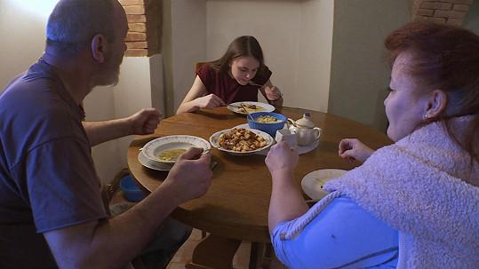 """""""Jsme mrtví z jídla,"""" nechá se slyšet na kameru dcera."""