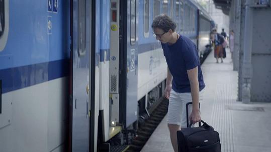 Odevzdal klíčky od Ferrari a do Plzně odjel vlakem.