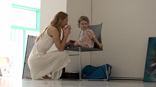 Na focení nechyběla ani dcera Sofinka, kterou má s režisérem Filipem Renčem.