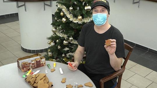 V Divadle Broadway se potkal s kolegy z muzikálu Láska nebeská a nazdobili společně vánoční cukroví.