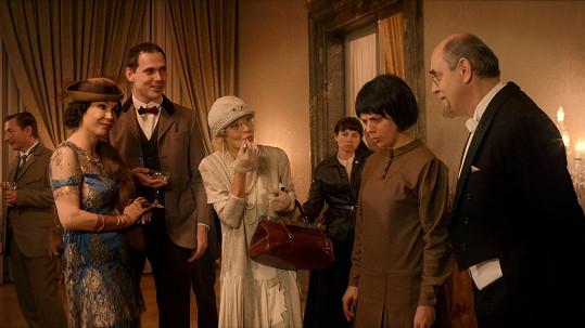 Zpočátku se ale její život vyvíjel jinak - scéna z recepce v Kremlu, v níž si zahrály i Vilma Cibulková a Nela Boudová.